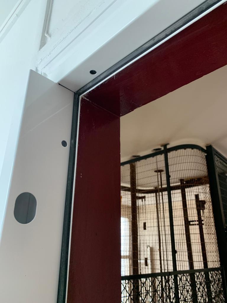 Installation d'un cadre de porte, réalisé par Homcréa