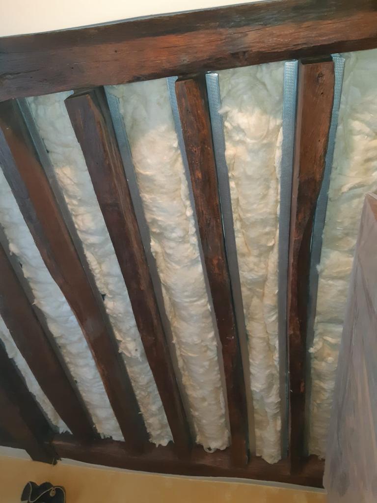 Travaux d'isolation d'un plafond, réalisé par Homcréa