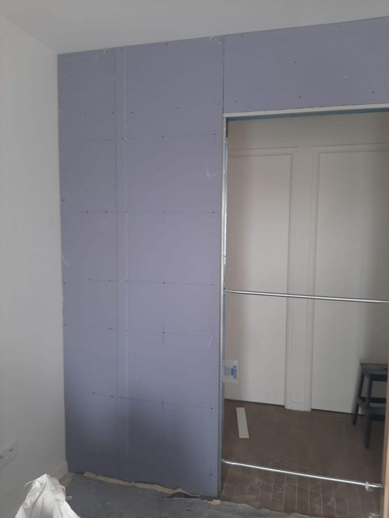 Entrée repeinte en violet